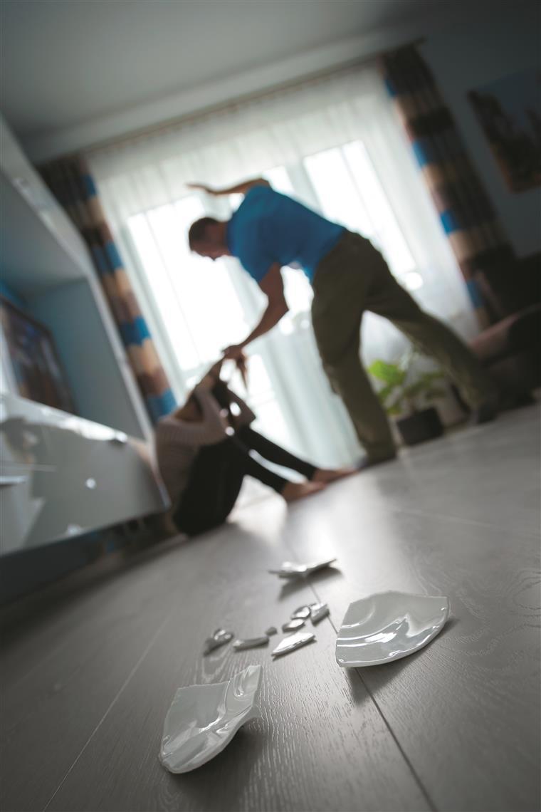 Resultado de imagem para Duas mulheres vítimas de violência doméstica no Natal