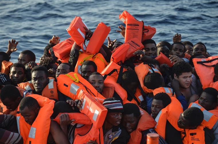 Migrantes resgatados no mar Mediterrâneo