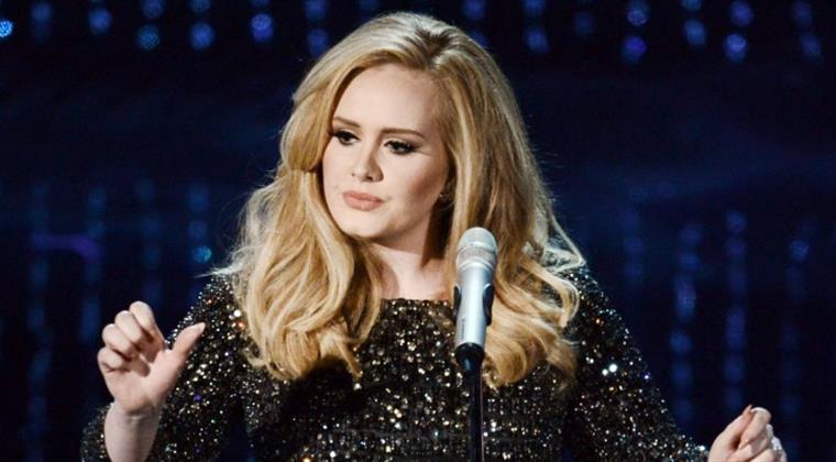 Adele deixa fã em delírio com beijo na boca