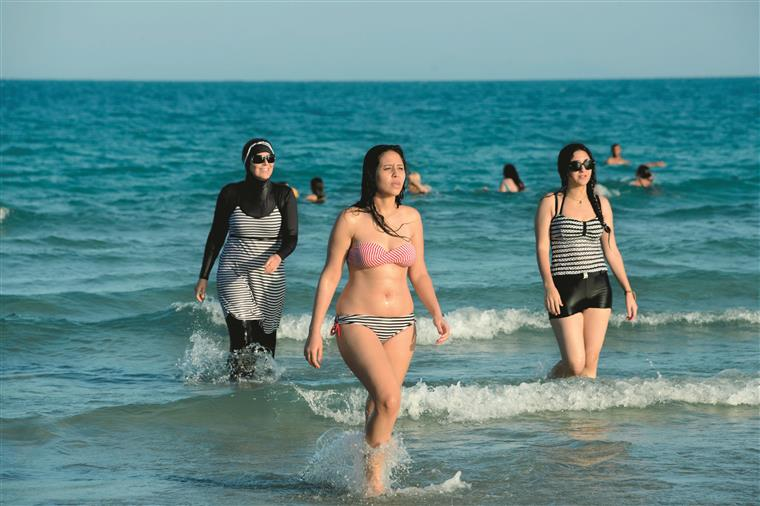 Burquíni. Polémica continua e polícias patrulham praias