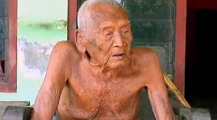 Indonésia. Este homem tem 145 anos e diz que está pronto para morrer