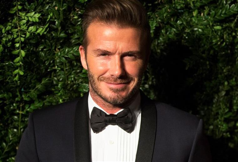 David Beckham ajuda idosa caída na rua