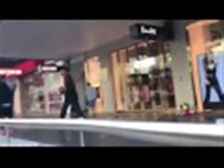 Homem rouba flores de memorial às vítimas de ataque em Melbourne… mas é apanhado [vídeo]