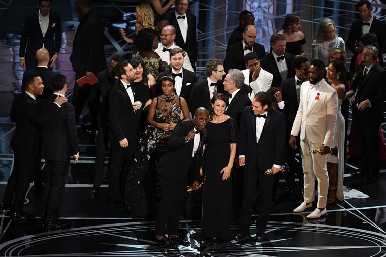 O momento em que a equipa de Moonlight subiu ao palco para receber o Óscar de Melhor Filme