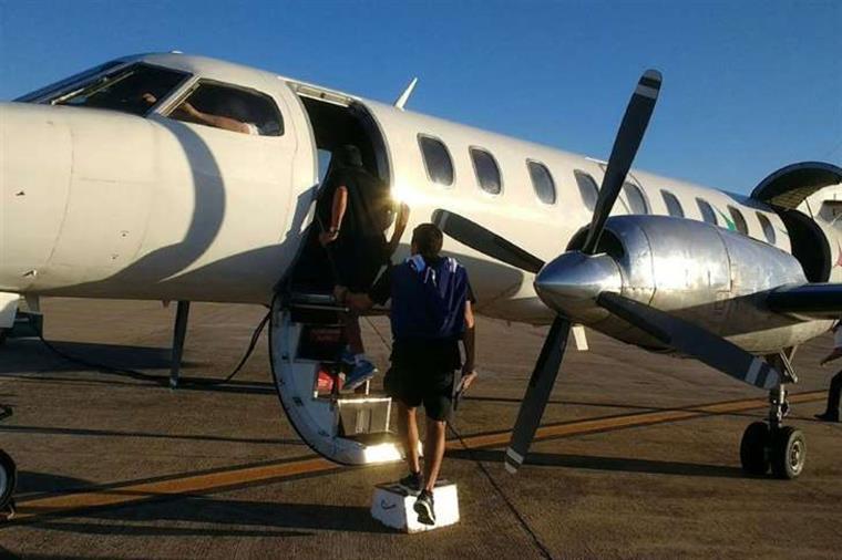 Porta do avião que transportava uma equipa do Racing abre-se durante descolagem [Vídeo]