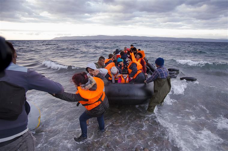 'Se as vítimas fossem europeias fariam manchetes'. Mais de 200 migrantes terão morrido afogados