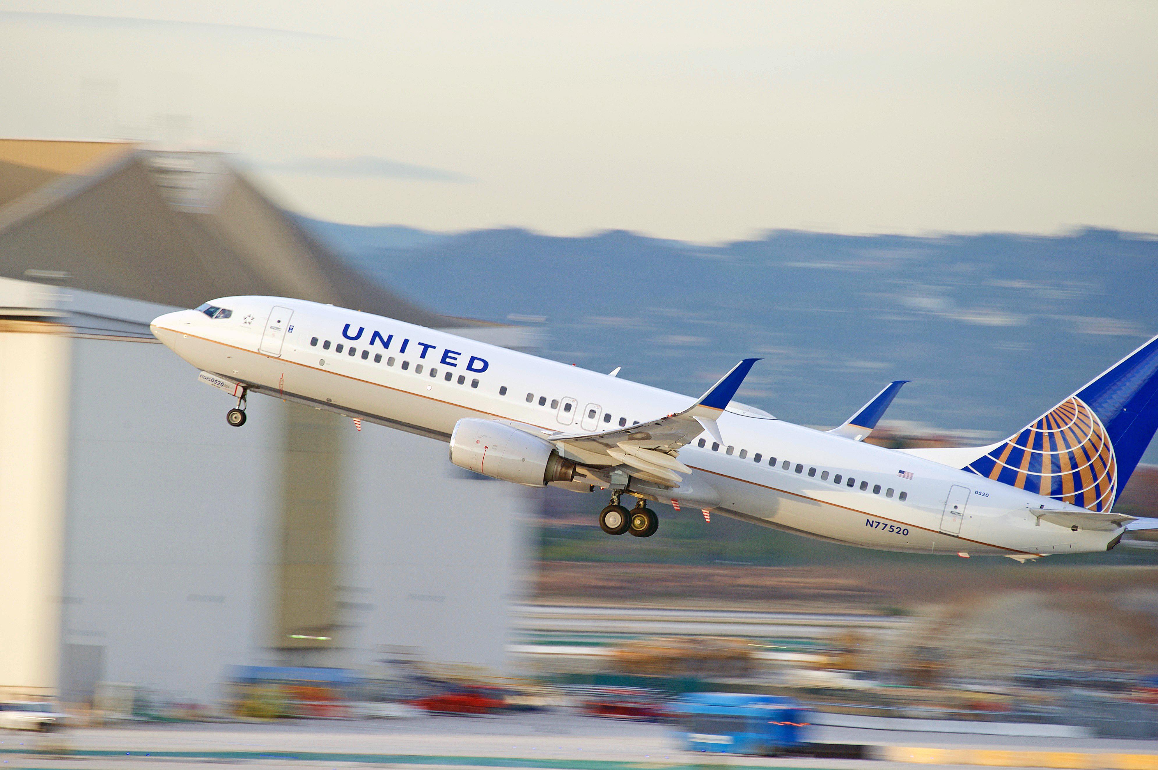 Homem é arrancado de avião nos Estados Unidos e vídeo choca internautas