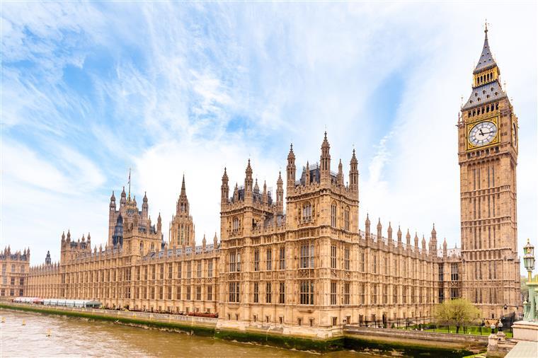 Homem armado detido perto do Parlamento britânico