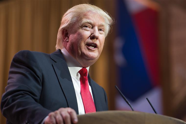 Donald Trump tem um botão vermelho na secretária e há uma razão