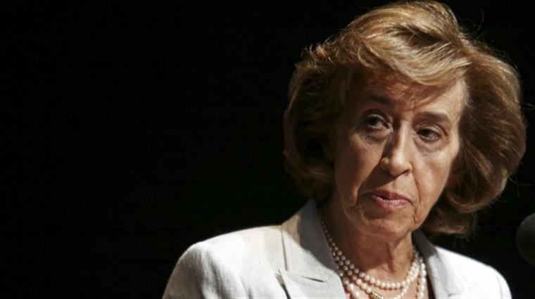 """Ferreira Leite diz que fecho de balcões da CGD afecta """"pessoas frágeis e dependentes"""""""
